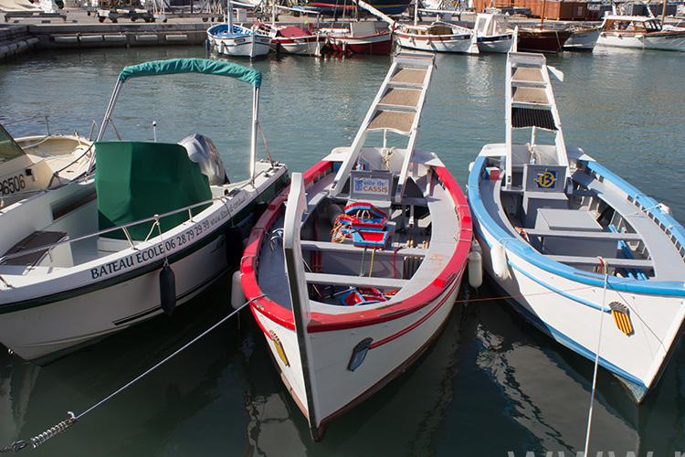 kolorowe łódki w porcie casis